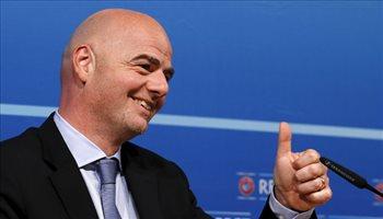 رئيس الفيفا يحدد موعد عودة مباريات الكرة ويطلب من اللاعبين التضحية