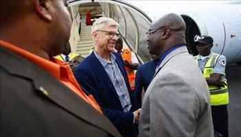 وصول فينجر إلى ليبيريا قبل التكريم من الرئيس وايا