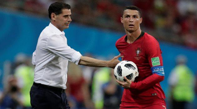 فيرناندو هييرو يداعب كرستيانو رونالدو في مباراة البرتغال وإسبانيا