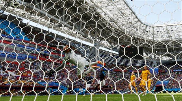 حارس أستراليا يشاهد كرة الهدف الثاني لفرنسا