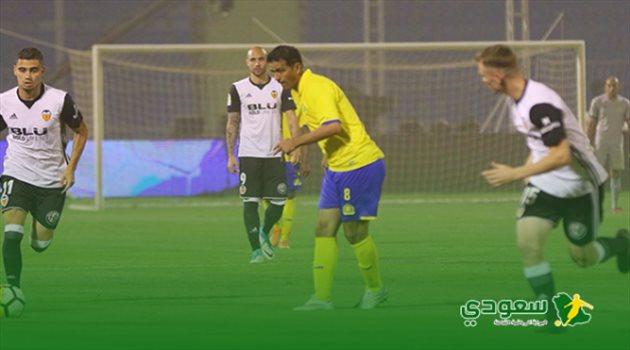 فهد الهريفي يمرر الكرة في مباراة اعتزاله التي جمعت النصر وفالنسيا الإسباني الودية