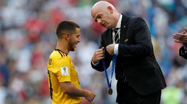 إنفانتينو يسلم إدين هازارد برونزية كأس العالم