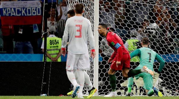كرستيانو رونالدو يهز شباك الحارس دي خيا من ركلة جزاء في مباراة البرتغال وإسبانيا