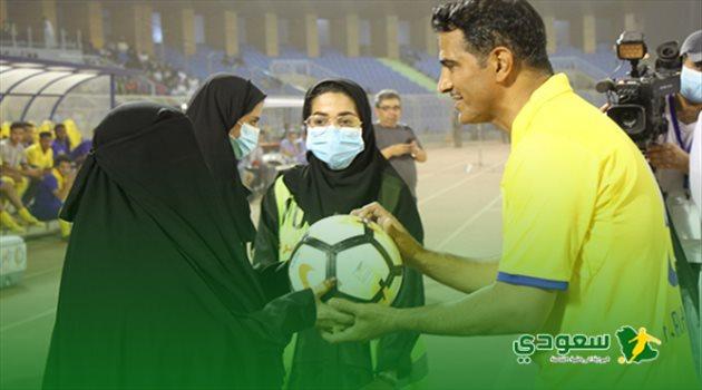 فهد الهريفي ووالدته في مباراة اعتزاله بين النصر وفالنسيا الإسباني