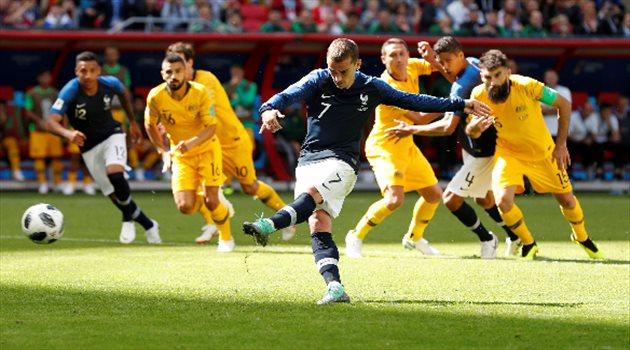 أنطوان جريزمان ينفذ ركلة جزاء في مباراة فرنسا وأستراليا