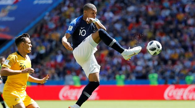 كيليان مبابي أصغر لاعب يمثل فرنسا في تاريخ كأس العالم خلال مشاركته في مباراة فرنسا وأستراليا