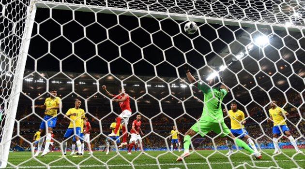 لحظة دخول الكرة مرمى منتخب البرازيل والحارس أليسون بيكير