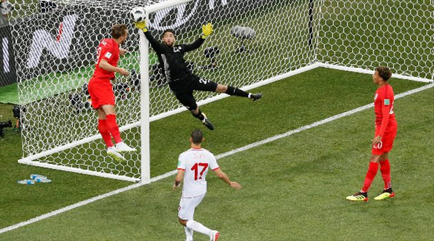تصدي المعز حسن حارس مرمى منتخب تونس لتسديدة من الفريق الإنجليزي