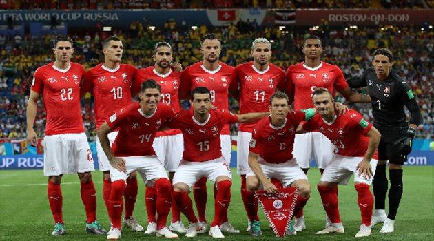 صورة تذكارية للاعبي منتخب سويسرا قبل بداية المباراة