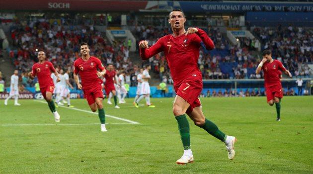 كرستيانو رونالدو يحتفل بتسجيل هاتريك في مباراة البرتغال وإسبانيا
