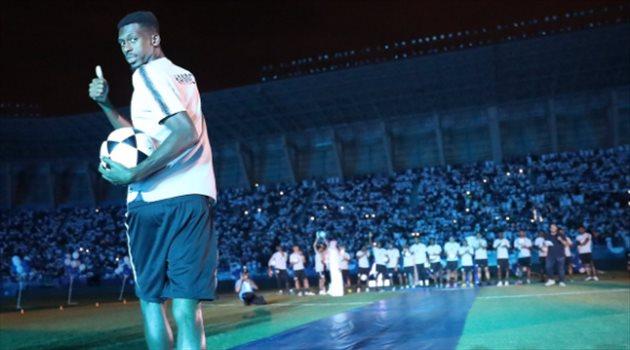 محمد كنو خلال حفل تقديم لاعبي الهلال أمام الجماهير