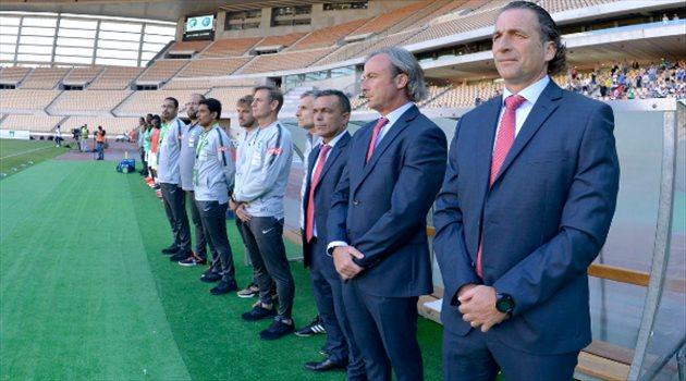 بيتزي والجهاز الفني في مباراة المنتخب الوطني السعودي واليونان