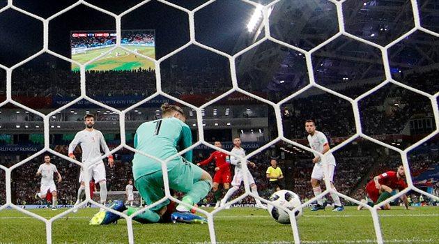 دي خيا يتابع دخول كرة رونالدو في الشباك في مباراة البرتغال وإسبانيا
