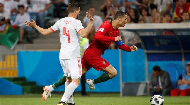 ناتشو يتسبب في وقوع كرستيانو رونالدو والحصول على ركلة جزاء في مباراة البرتغال وإسبانيا