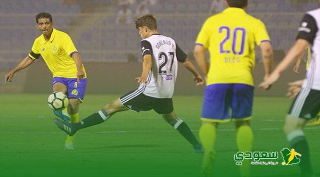 فهد الهريفي يسدد كرة في مباراة اعتزاله بين النصر وفالنسيا الإسباني