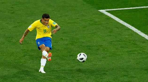لحظة تسديد كوتينيو لكرة الهدف الأول لمنتخب البرازيل