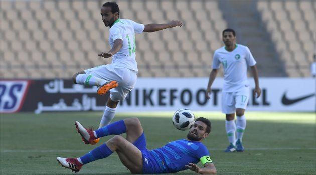 عبد الله عطيف في مباراة الأخضر واليونان