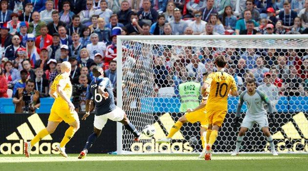 بول بوجبا يسدد كرة الهدف الثاني لفرنسا في مباراة فرنسا وأستراليا