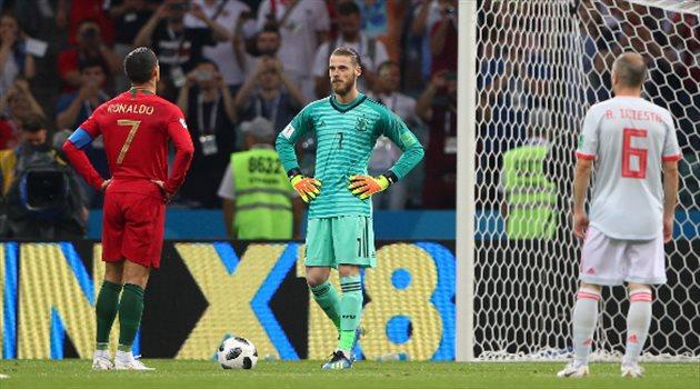 كرستيانو رونالدو ودي خيا قبل تنفيذ ركلة جزاء في مباراة البرتغال وإسبانيا