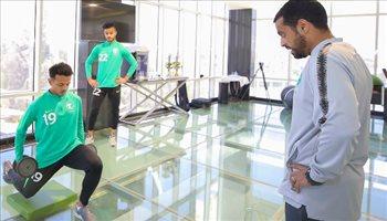 شباب الأخضر يؤدي مرانا بالصالة الرياضية في معسكر أبها