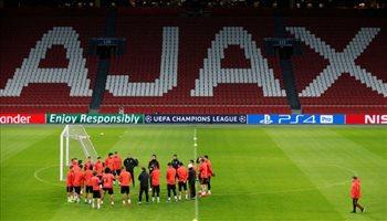 فيديو| جماهير أياكس تهاجم بعثة ريال مدريد بالألعاب النارية