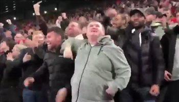 مشجع كفيف يحتفل بهدف محمد صلاح بعد وصف صديقه له