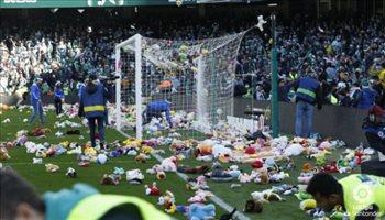 الدوري الإسباني| بالصور.. ملعب بيتيس يمتلئ بدميات الأطفال احتفالا بالكريسماس