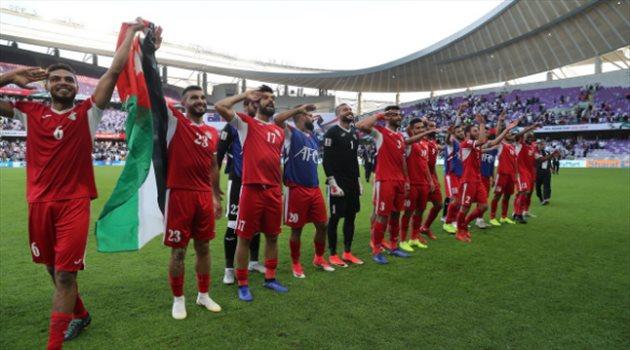 لاعبو الأردن يحيون الجماهير بعد الفوز على أستراليا