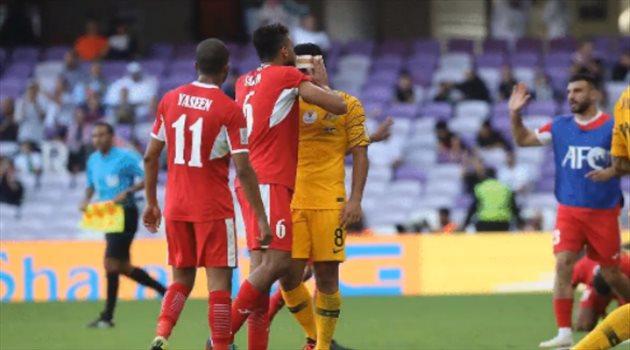 سعيد المرجان يقبل رأس ليونجو في مباراة أستراليا والأردن