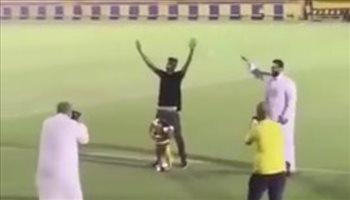 """احتفال عبد الله العويشير بتتويج النصر بطلًا للدوري برقصة """"الدودة"""""""