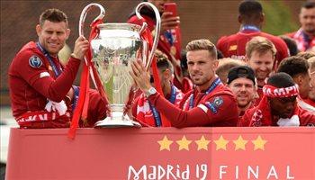 الآلاف يحتفلون مع حافلة ليفربول بلقب دوري أبطال أوروبا