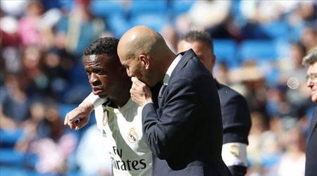 """""""أزمة في ريال مدريد"""".. فينسيوس جونيور يفضل النظر إلى هاتفه عن الاستماع إلى زيدان"""
