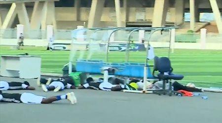 سعودي لايت| مشهد كوميدي.. النحل يتسبب في إيقاف مباراة بكأس تنزانيا