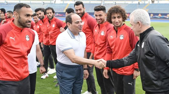 """السيسي يعلن عدم التعاقد مع مدربين أجانب لقيادة منتخب مصر .. """"النتيجة واحدة"""""""