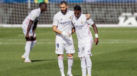 كريم بنزيما يثير قلق جماهير ريال مدريد قبل السوبر الإسباني.. صدمة مفاجأة