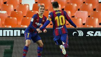 ميسي يوقع على تجديد عقده مع برشلونة في توقيت خطير