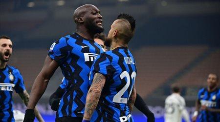 """إنتر ميلان يحطم يوفنتوس """"الضائع"""" بثنائية تاريخية في قمة الدوري الإيطالي"""