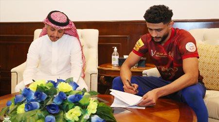 العمري يجدد عقده مع النصر حتى 2024