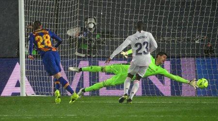 """""""مفاجأة الكلاسيكو"""".. مرشح برشلونة للكرة الذهبية عائد لإيقاف ريال مدريد"""