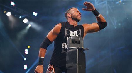 """أسطورة """"WWE"""" يكشف كواليس علاقته مع فينس مكمان"""