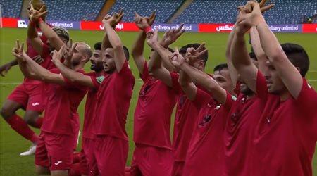 """لاعبو فلسطين يحتفلون أمام سنغافورة بـ""""شعار النصر"""""""