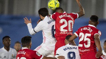 """مباراة مجنونة.. إشبيلية """"يفرض التعادل"""" على ريال مدريد ويمنعه من صدارة الليجا"""