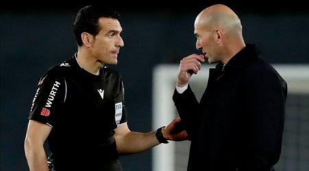 """زيدان يكشف تفاصيل حديثه مع """"الحكم"""" بعد احتساب ضربة جزاء على ريال مدريد"""