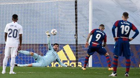 """كورتوا: هذا أمل ريال مدريد الوحيد في الدوري الإسباني.. """"تصريحات غاضبة"""""""