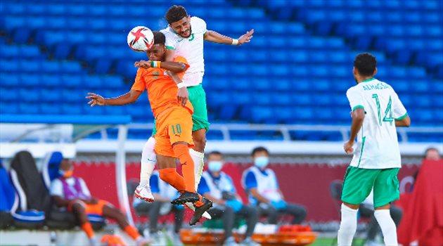 عبد الإله العمري وعلي الحسن في مباراة السعودية وساحل العاج